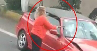 Mujer enfurece y destroza auto por conflicto vial