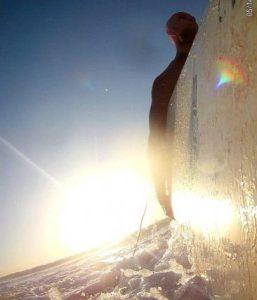 Серфер на закате с лонгбордом | школа серфинга Surf-Burg