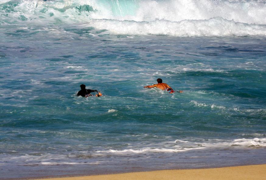 сёрферы используют отбойное течение