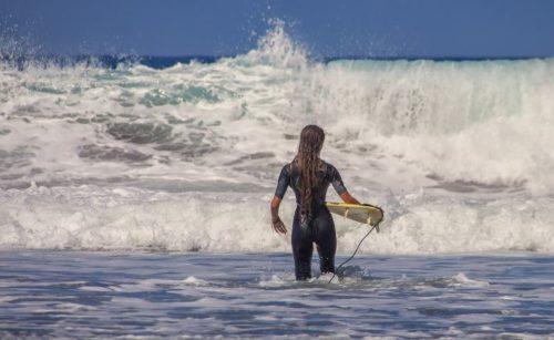 女性がサーフィンする時の服装は?必要な持ち物も紹介
