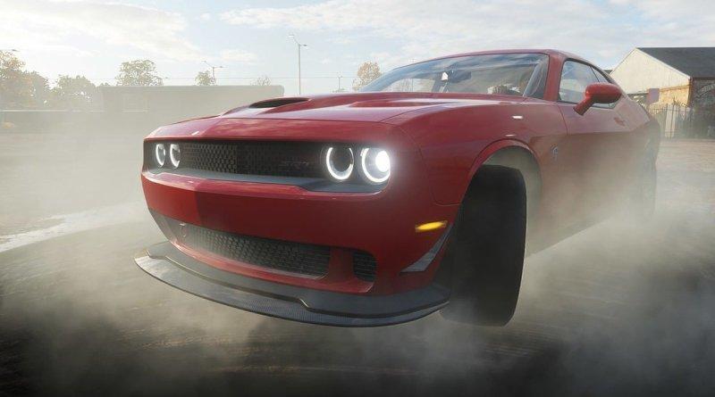 автомобиль dodge challenger в дыму
