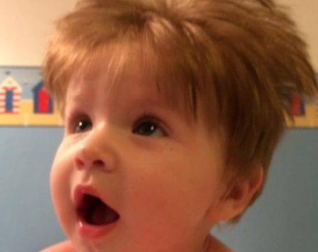 Bebê de 5 meses já cortou o cabelo três vezes
