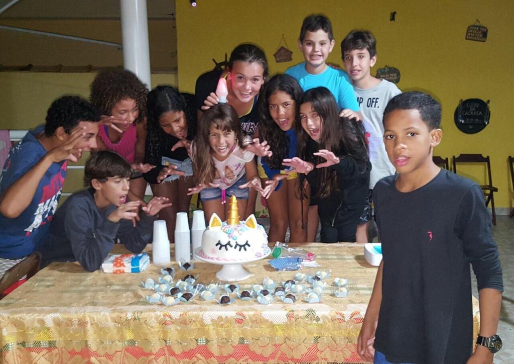 Myrella Victória ganha festa surpresa de colegas