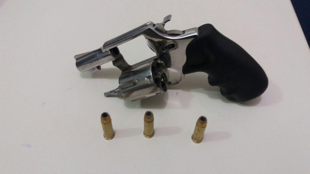 PM apreende arma de fogo, arma de fabricação caseira e munições