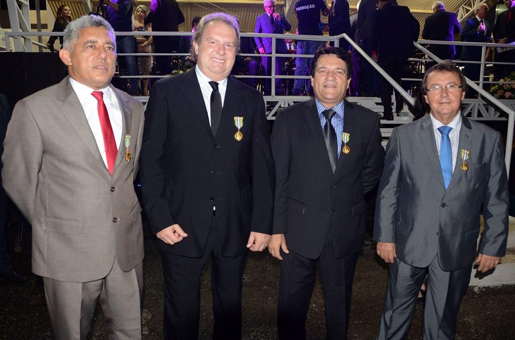Em dia de homenagens e entrega de benefícios à PM, Vilmar recebe Medalha Tiradentes