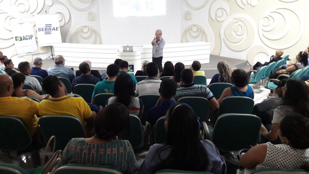 Público prestigia e lota auditório da ACIP para palestra com Cláudio Forner, em Paraíso TO