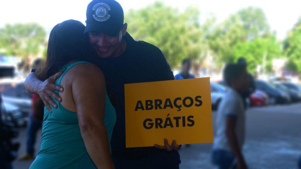 Servidores promovem manifestações de carinho em comemoração ao Dia do Abraço