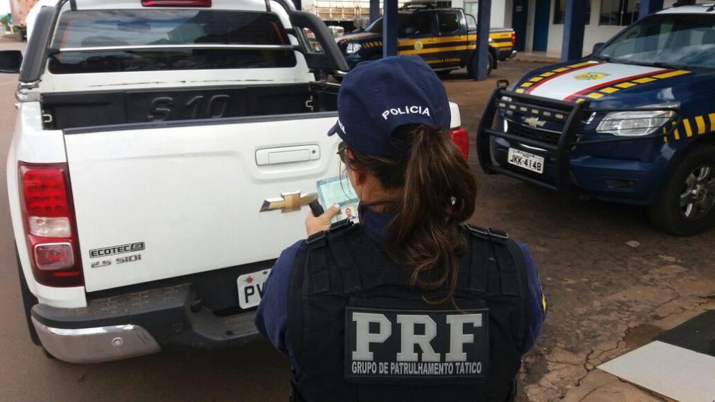 PRF prende em flagrante homem com documentos e cartões bancários falsos, conduzindo veículo adulterado