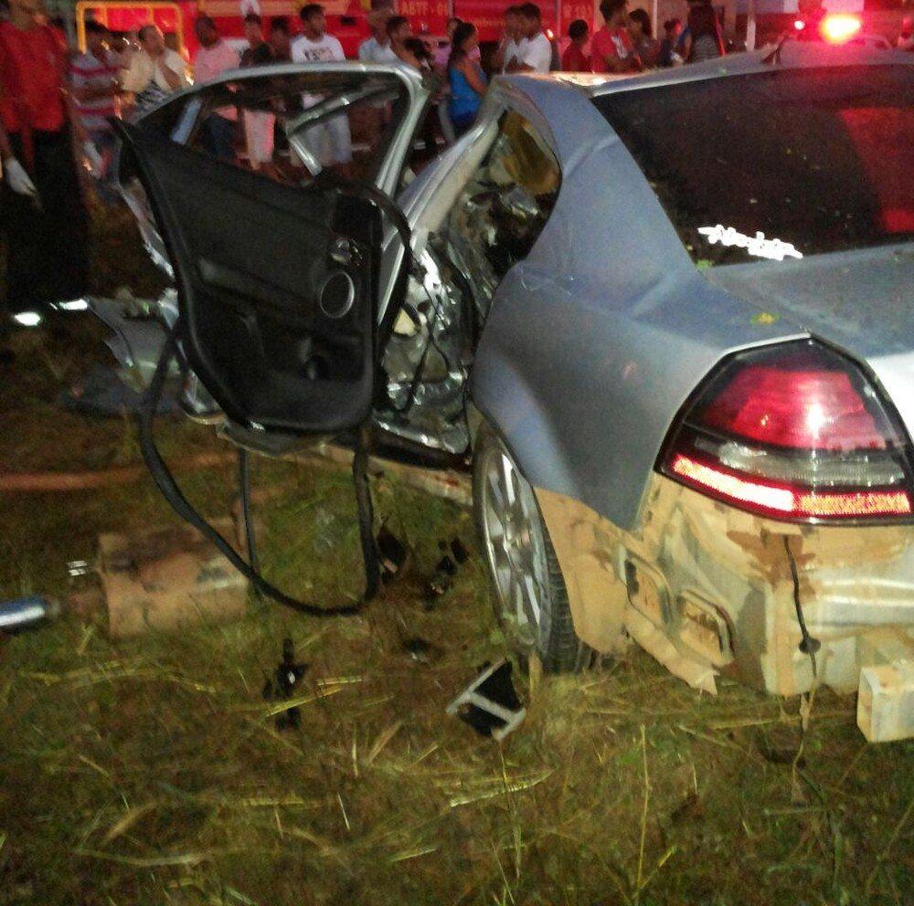 Quatro pessoas morrem e outra fica ferida após carro bater em árvore