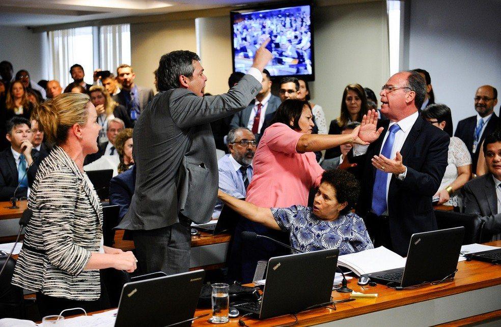 Comissão considera lido parecer sobre reforma trabalhista após confusão