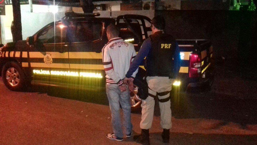 Jovem é preso em ônibus suspeito de tráfico de drogas