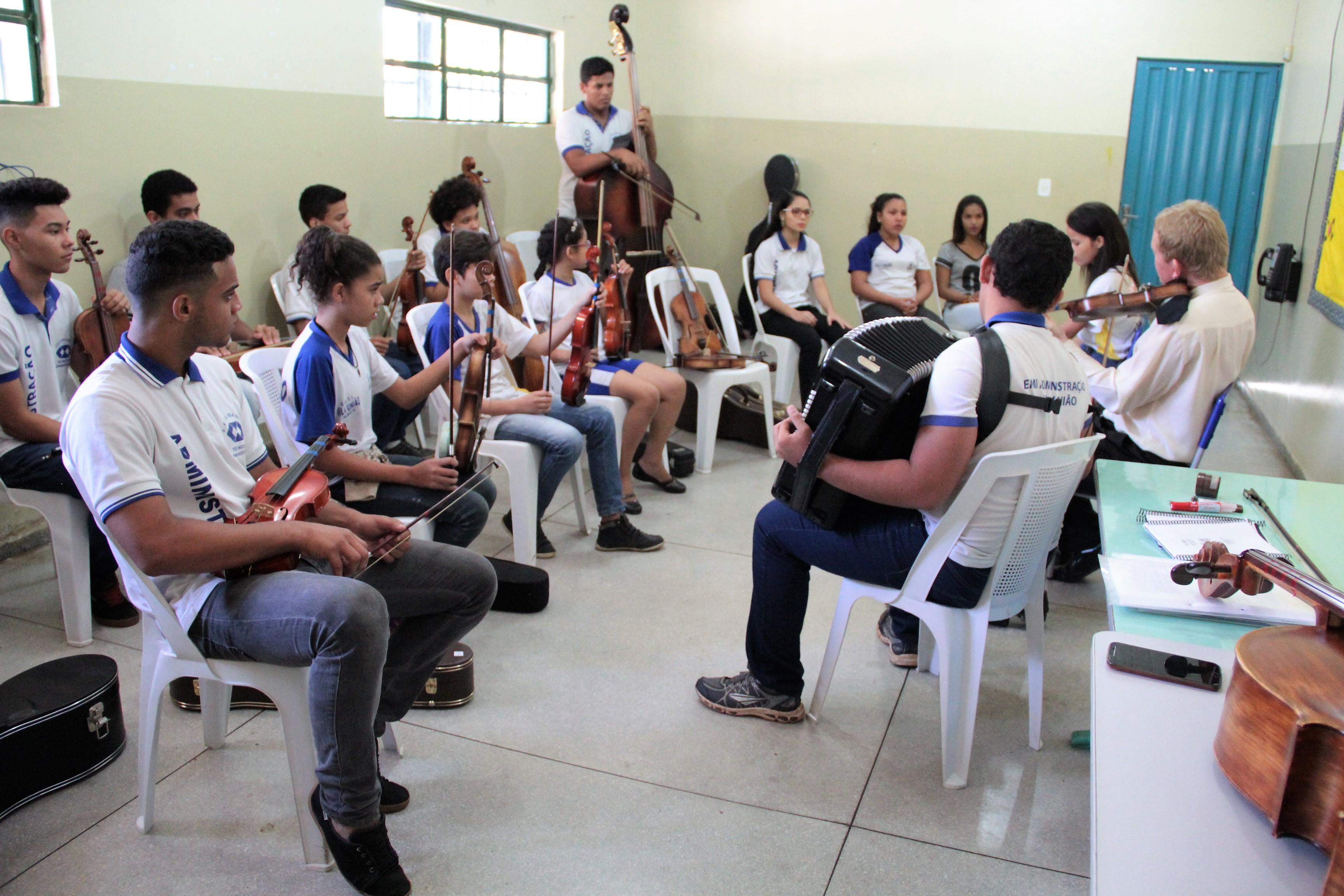 Na Escola Estadual Vila União a música está transformando a vida dos alunos