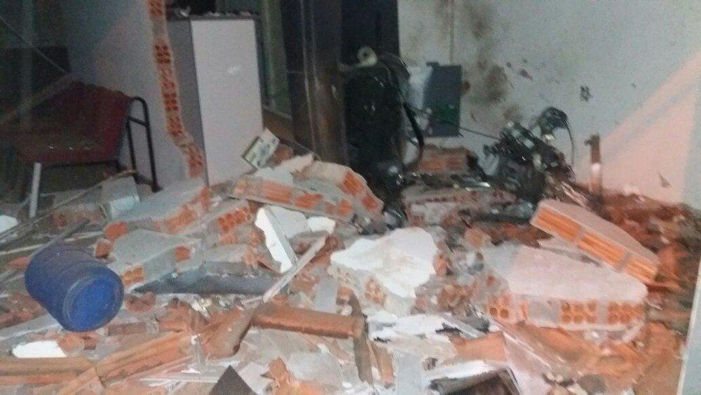 Explosão de caixa eletrônico assusta moradores e deixa prédio destruído no TO