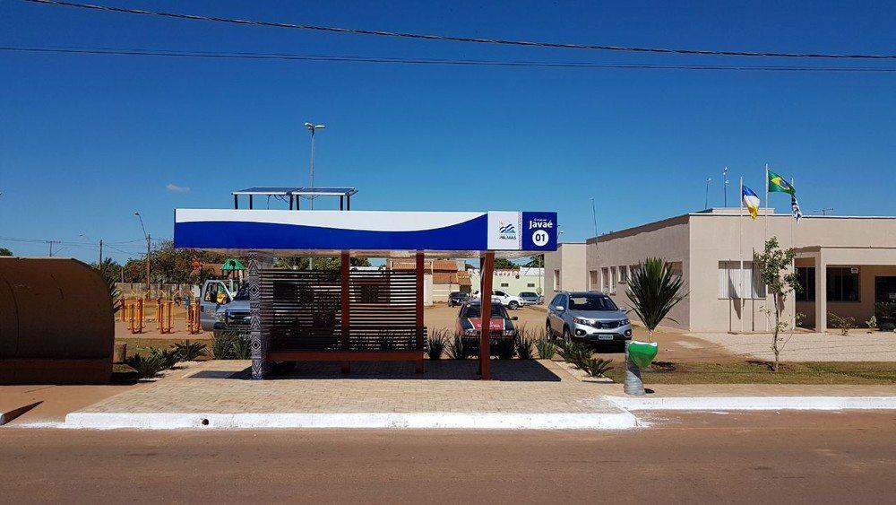 Após nova tarifa, prefeitura inaugura ponto de ônibus com energia solar e carregadores de celular
