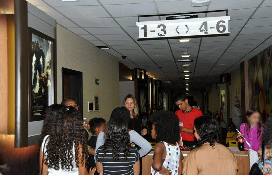 Ação da DPE-TO leva crianças e adolescentes de abrigos de Gurupi e Palmas ao cinema