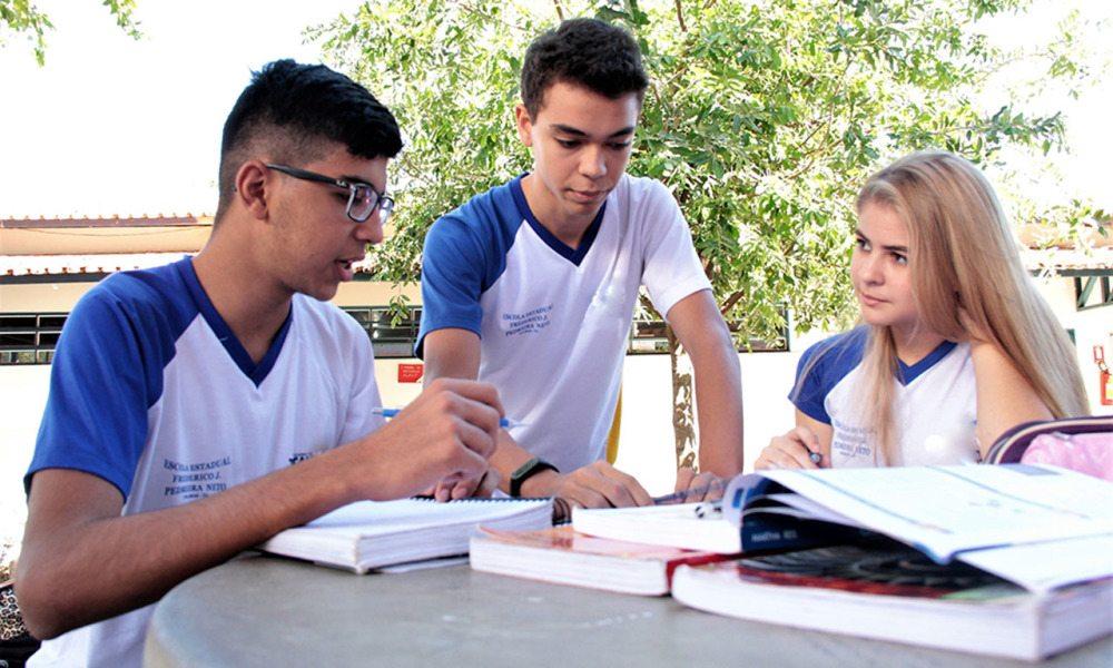 Escolas estaduais contam com a colaboração de alunos monitores