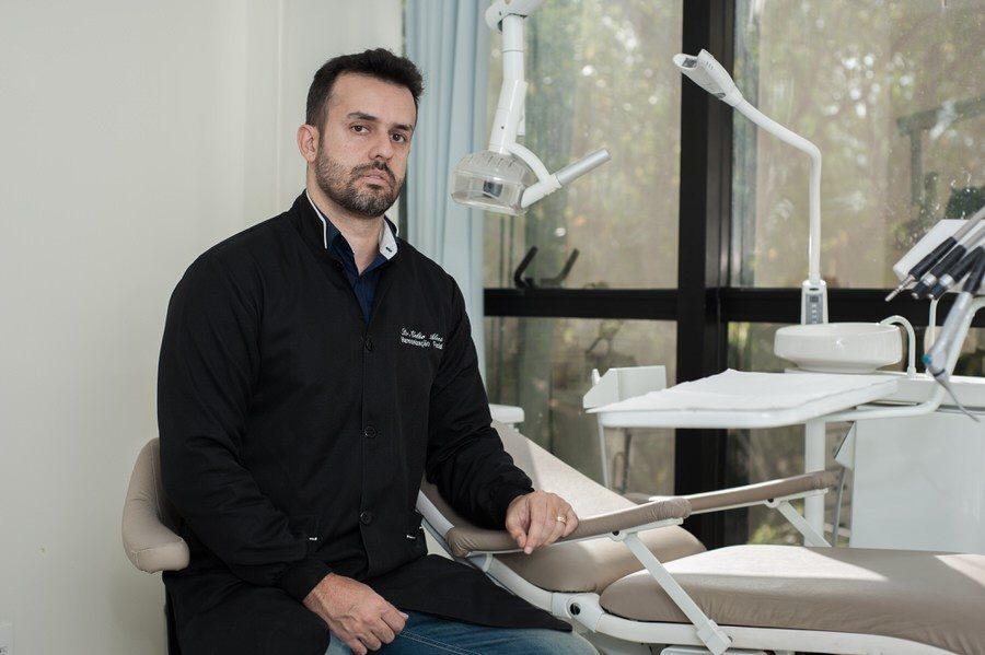 Cirurgião dentista Celso Alves afirma que dentistas podem cuidar de outras partes do rosto, mas alerta para cuidados