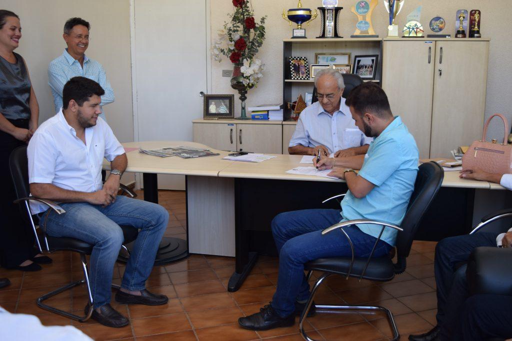 Com a participação de vereadores, prefeito Moisés Avelino asssina Ordem de Serviço para obras no Estádio Pereirão