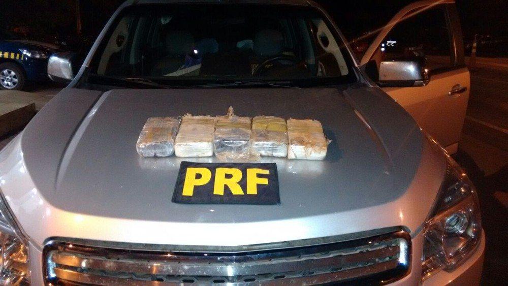 Passageiro foge para matagal após PRF achar 5 kg de cocaína em caminhonete