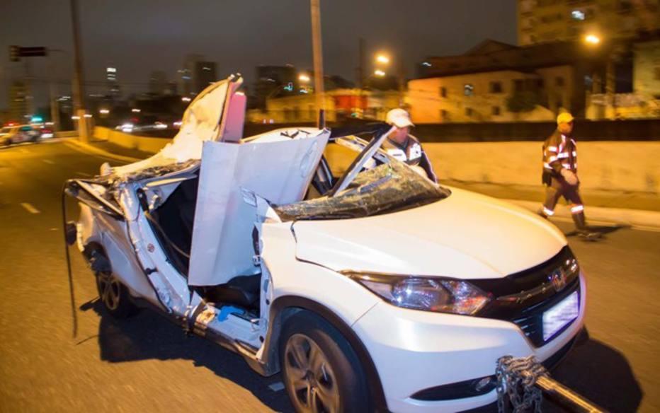 Parte de viaduto cai e mata mulher na Av. do Estado
