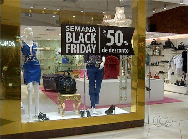 Fiscais do Procon fotografam preços de produtos para comparar com ofertas na 'Black Friday'