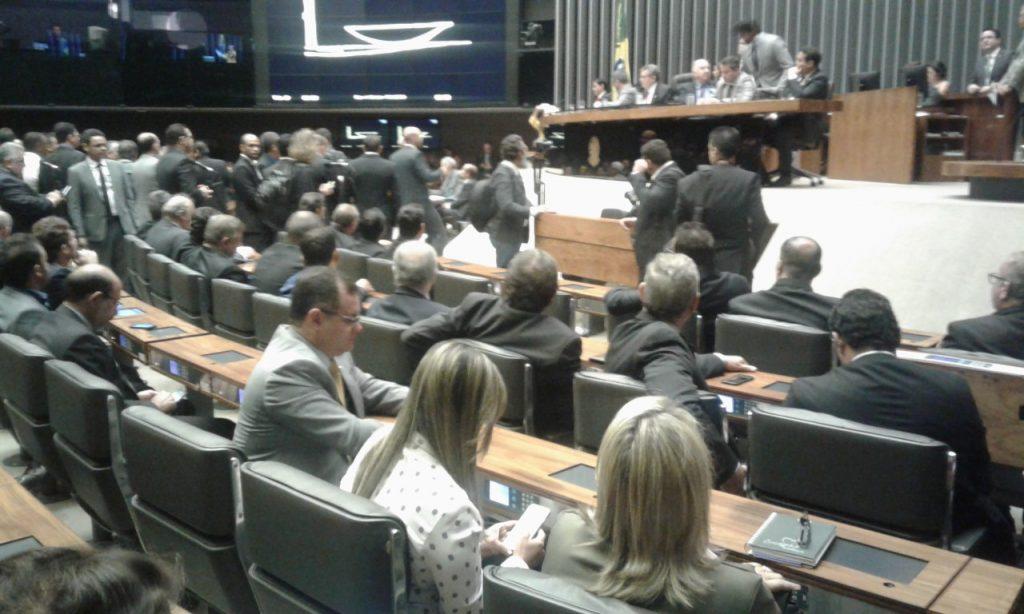Prefeitos lotam plenário e cobram Congresso Nacional aprovação de pautas prioritárias dos Municípios