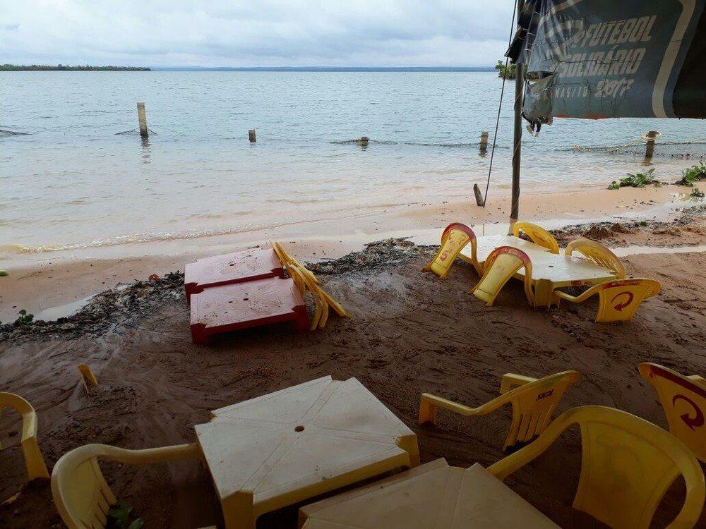 Enxurrada atinge praia recém-reformada e cadeiras ficam soterradas