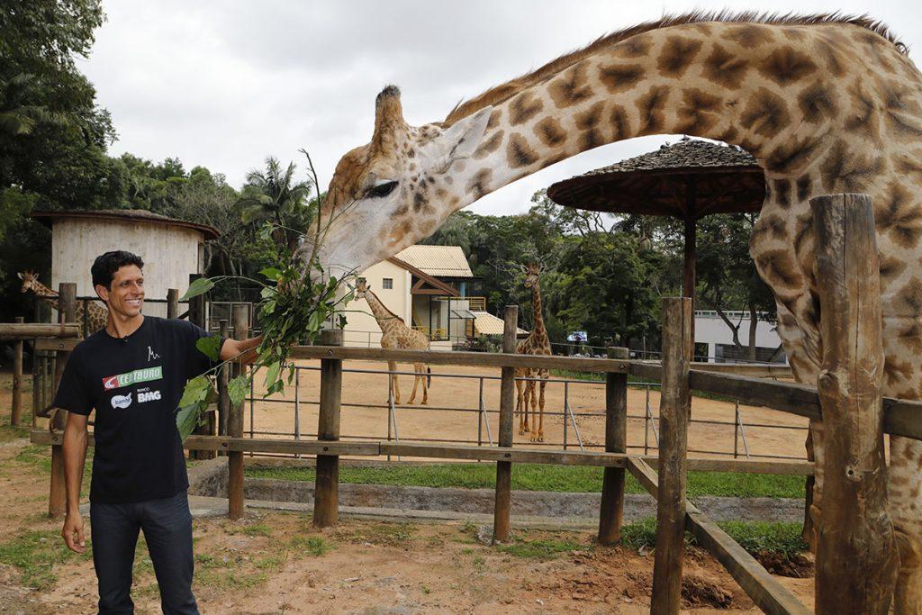 Marcelo Melo recebe homenagem pelo ano perfeito e visita o zoológico em SP