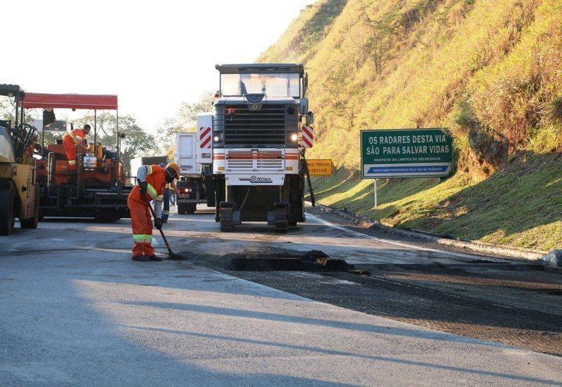 Obras de pavimentação exigem interdição da pista de descida da Serra das Araras (RJ), na via Dutra