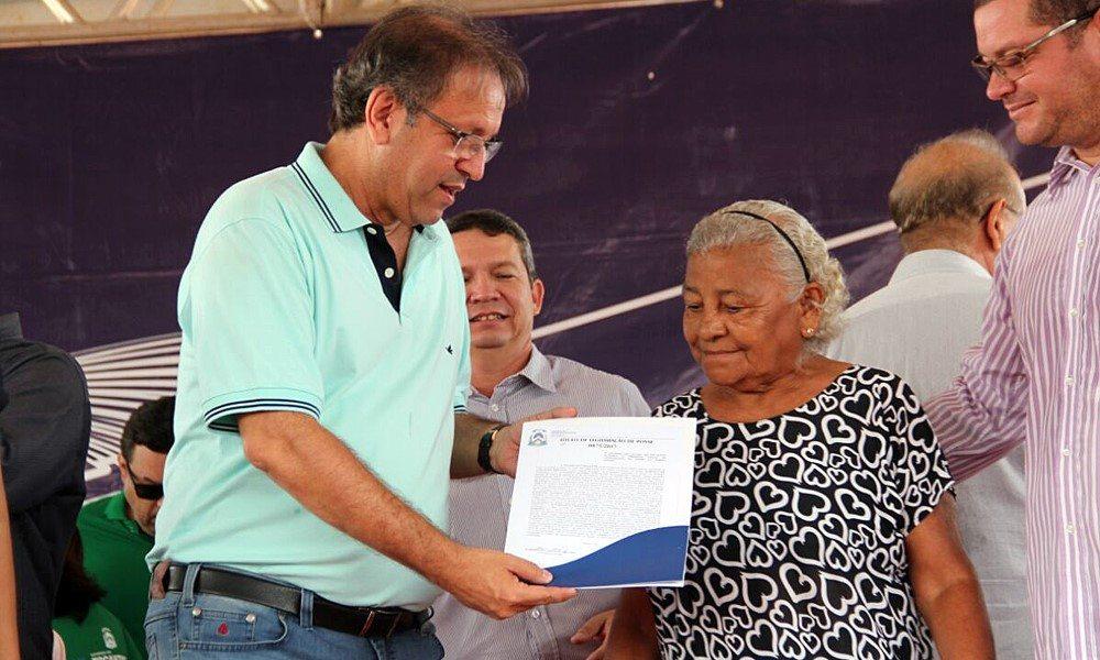 Governador entrega títulos de imóveis em Palmas e diz que regularização fundiária é política de inclusão social