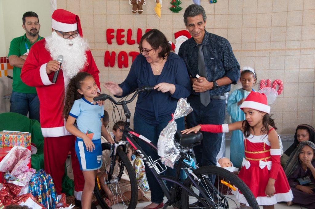 """Emoção toma conta das crianças da zona rural da capital ao receberem presentes da campanha """"Papai Noel dos Correios"""""""