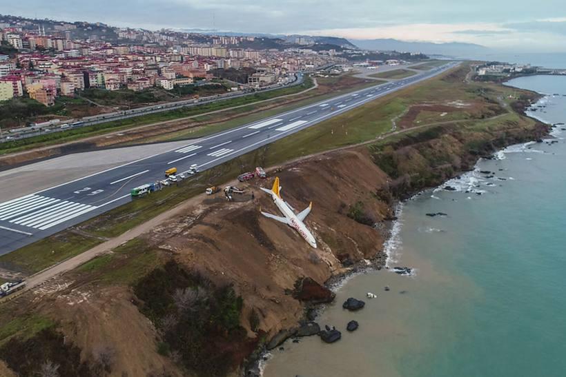 Avião derrapa na pista e cai em barranco na Turquia