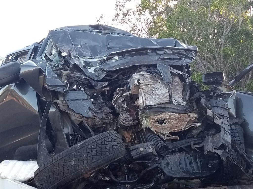 Três morrem e caminhonete fica destruída após bater de frente com caminhão na BR-153