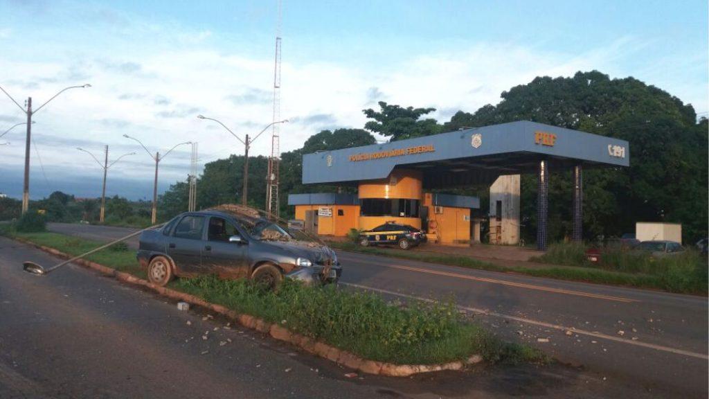 Embriagado, motorista bate em poste em frente ao posto da PRF de Açailândia (MA)