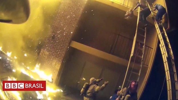 Bombeiro agarra criança jogada de edifício incendiado em resgate dramático