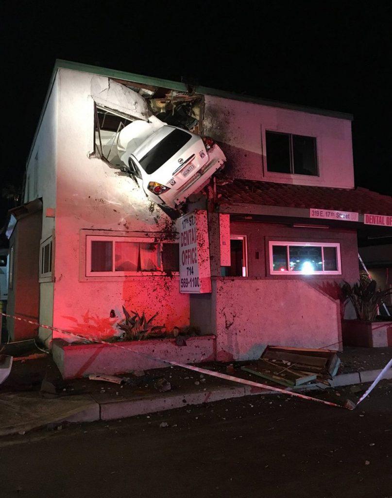 Carro fica 'cravado' em parede de andar superior de prédio nos EUA