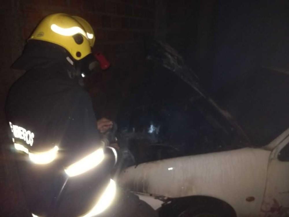 Motor pega fogo e carro fica destruído em Araguaína
