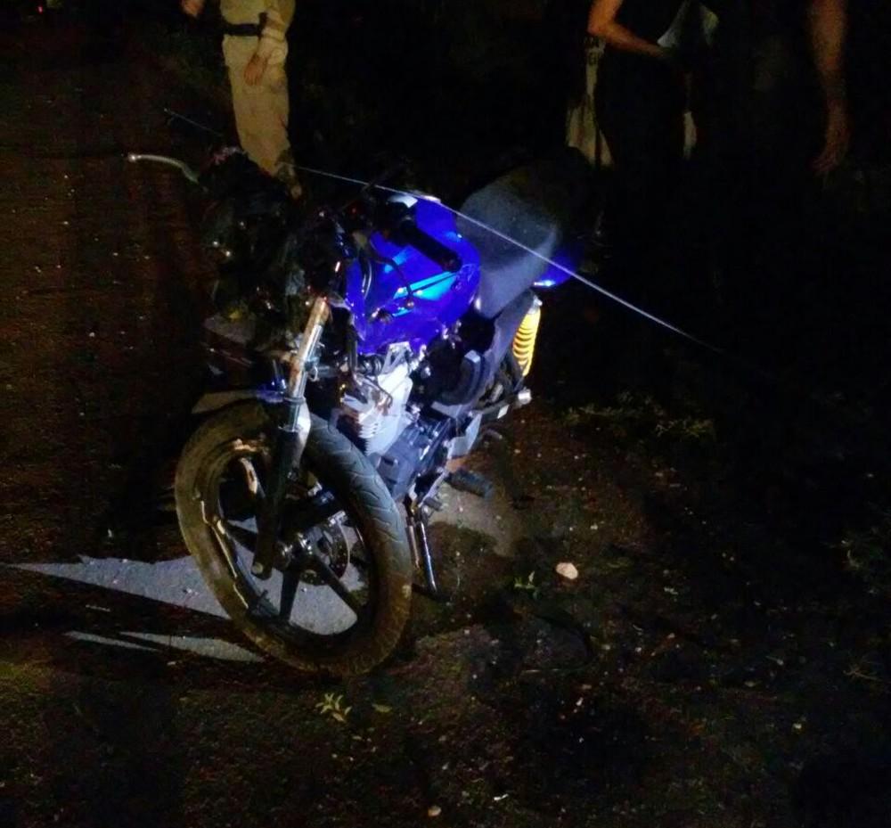 Motociclista morre após batida na capital; poste foi destruído com o impacto