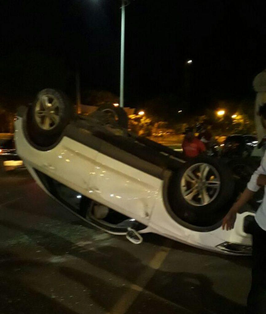 Mulher fica ferida após carro capotar em Palmas