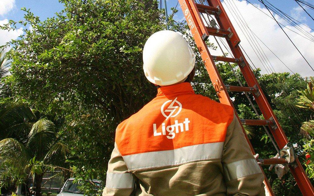 Criminosos sequestram funcionários da Light para religar luz em comunidades no Rio