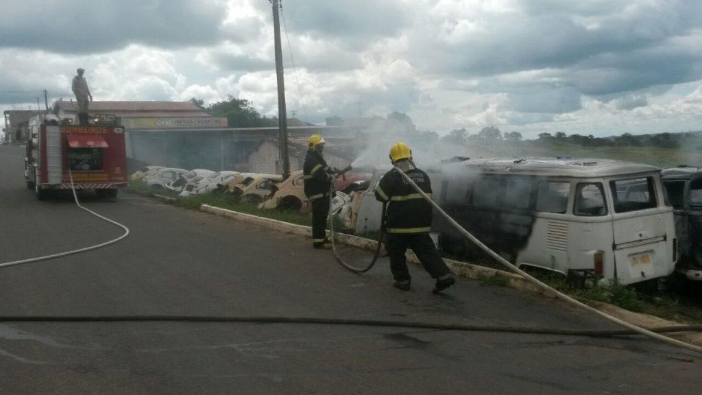 Equipe do Corpo de Bombeiros de Paraiso debela fogo em ferro velho