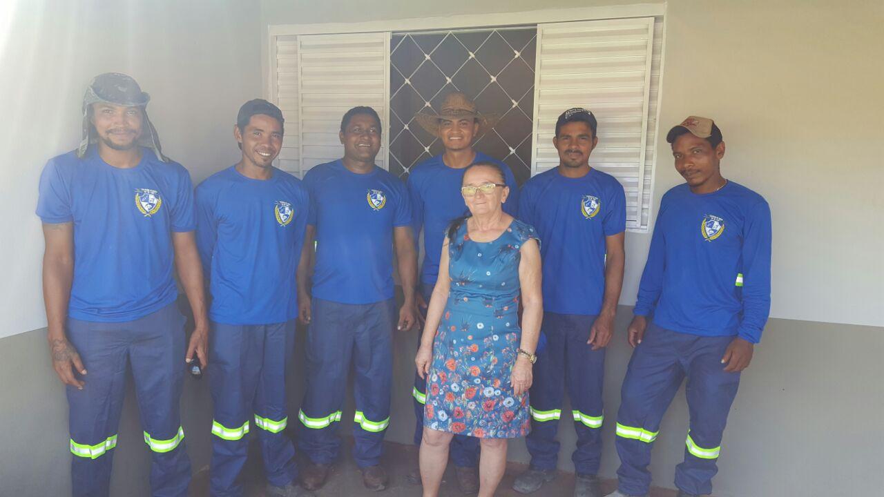Equipe da limpeza pública recebe uniforme em Chapada de Areia