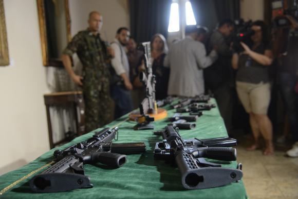 Empresas doam 100 fuzis e 100 mil munições para intervenção no Rio de Janeiro