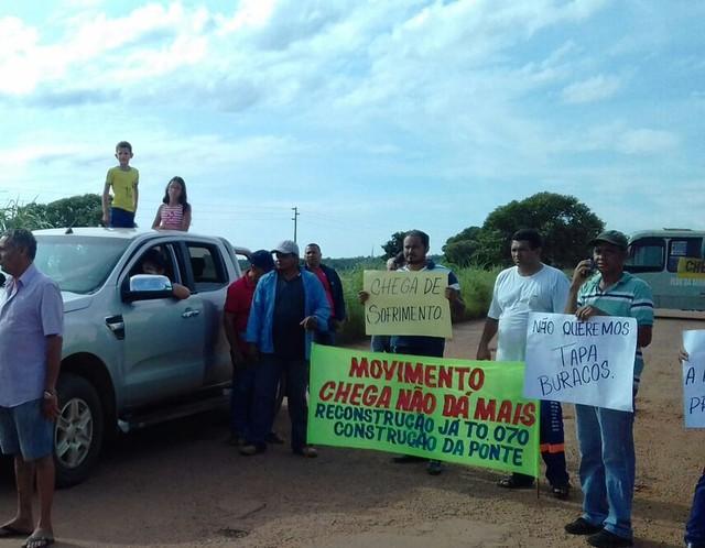 Moradores bloqueiam trecho da TO-070 em protesto e pedem construção de ponte