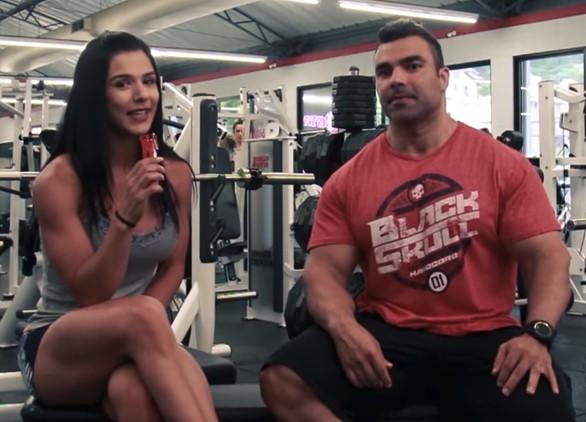 """Eva Andressa entrevista o bodybuilder Eduardo Correa na série """"Fit Talk"""" em seu canal no YouTube"""