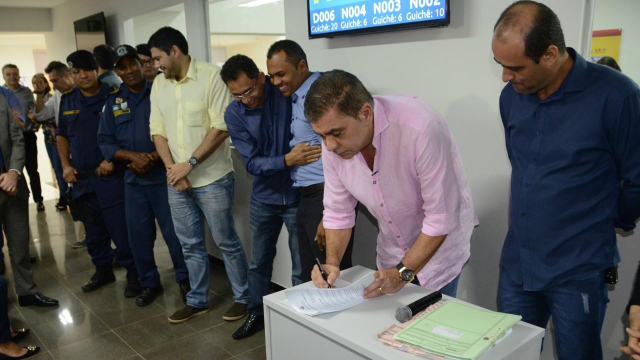 Amastha assina lei de aposentadoria e anuncia novo concurso público da GMP durante mutirão de emissão de Alvarás de Funcionamento
