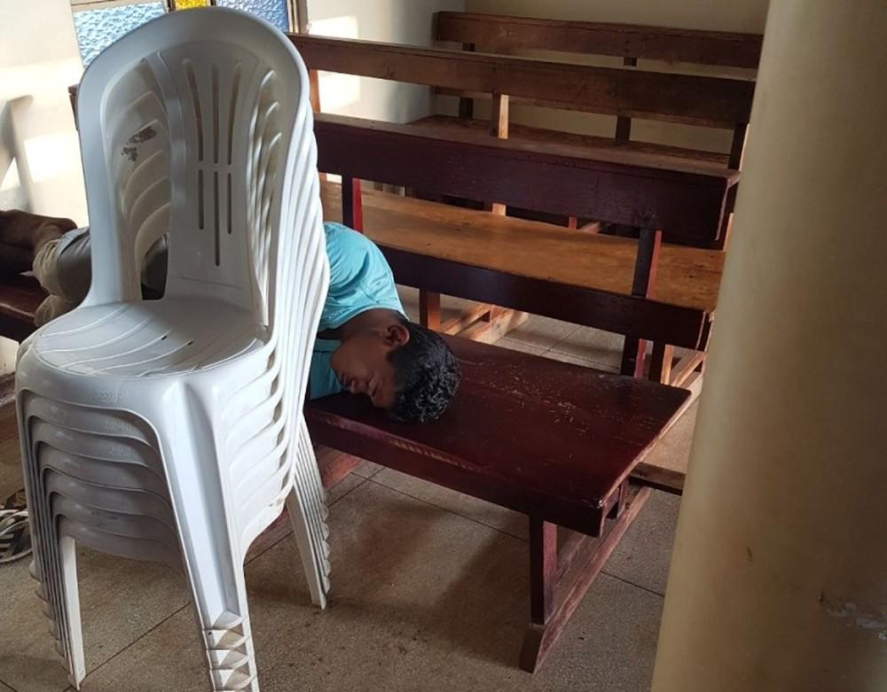 Ladrão invade igreja, dorme em banco e é preso após ser encontrado por padre
