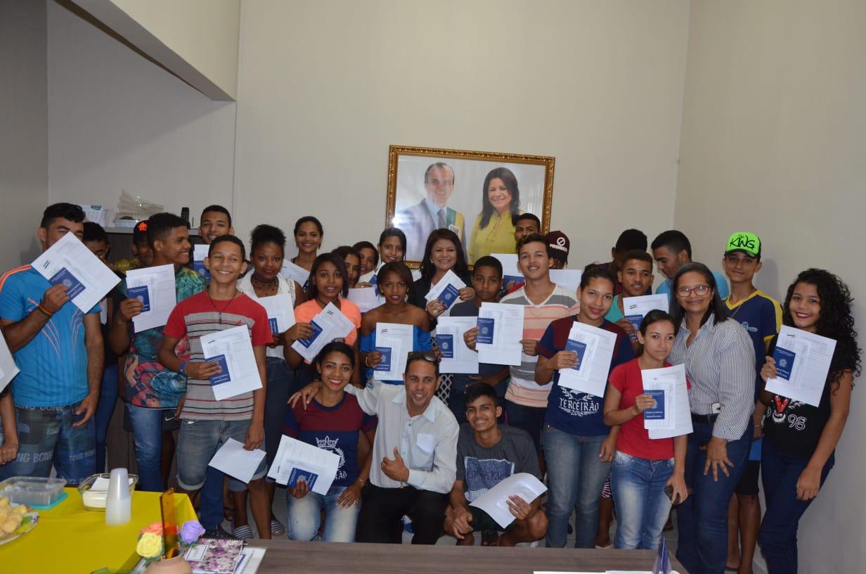 Secretaria Municipal da Assistência Social de Porto Nacional realiza entrega de carteiras de trabalhos para estudantes da rede pública