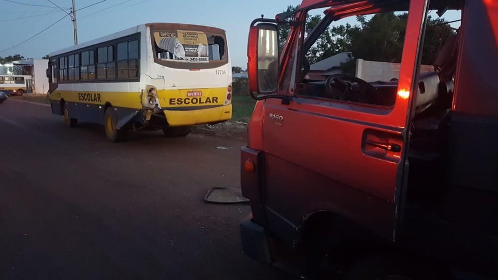 Caminhão bate na traseira de ônibus escolar que transportava 40 crianças