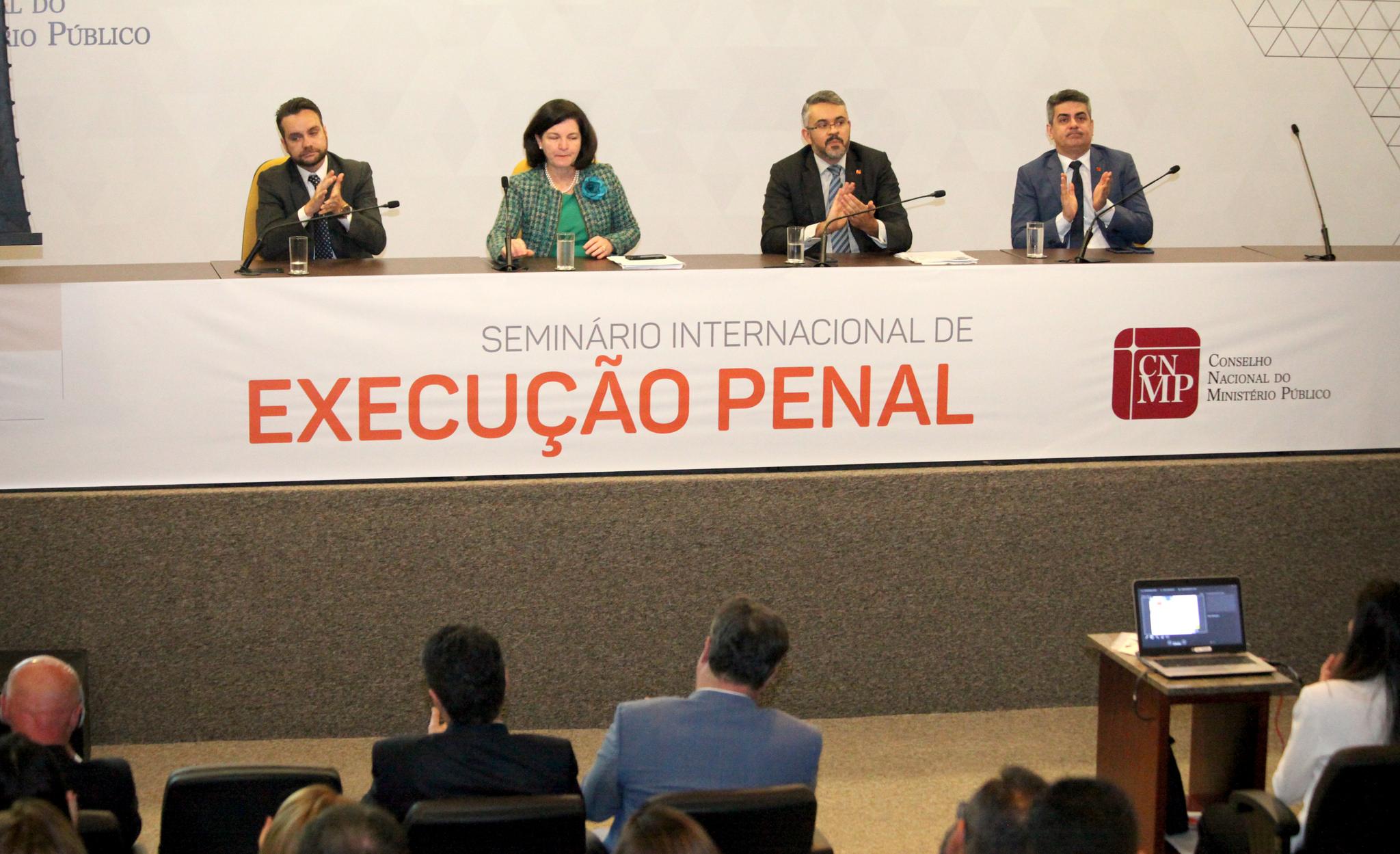 """""""Sistema prisional que não recupera é problema do país inteiro"""", diz Raquel Dodge em seminário internacional"""